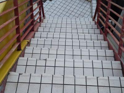 階段の汚れを高圧洗浄